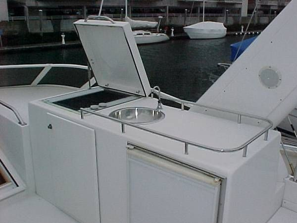 Open Flybridge w/ Wet-bar and Grill