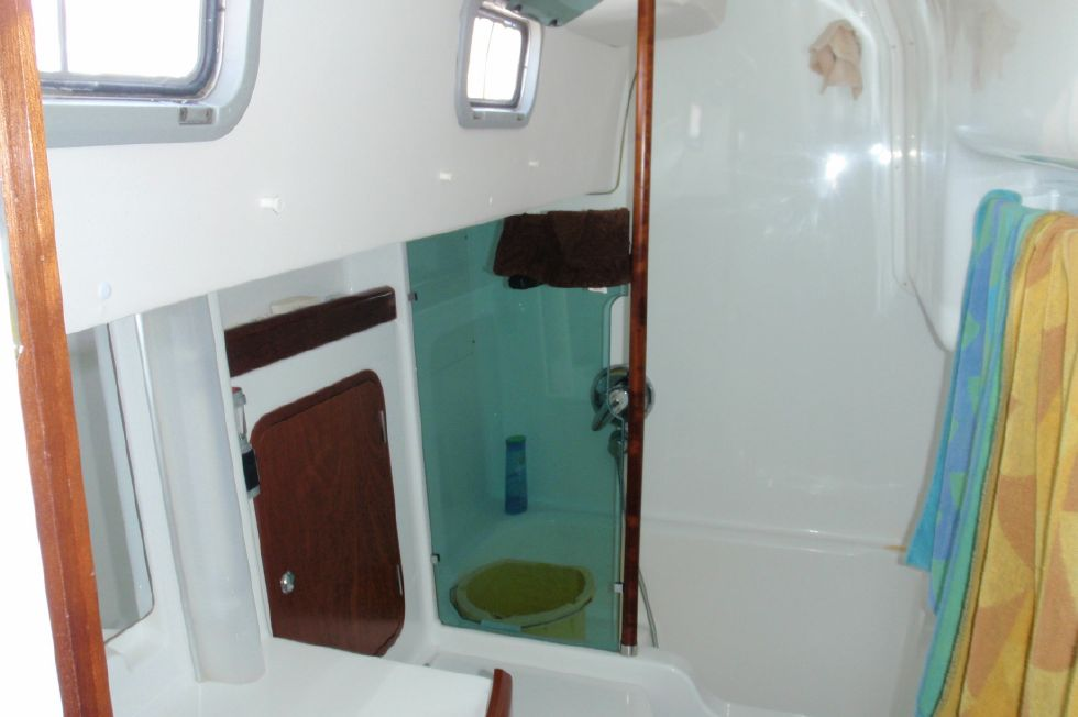 2001 Beneteau Oceanis CC - Beneteau Oceanis 44 CC Aft stateroom private head and shower