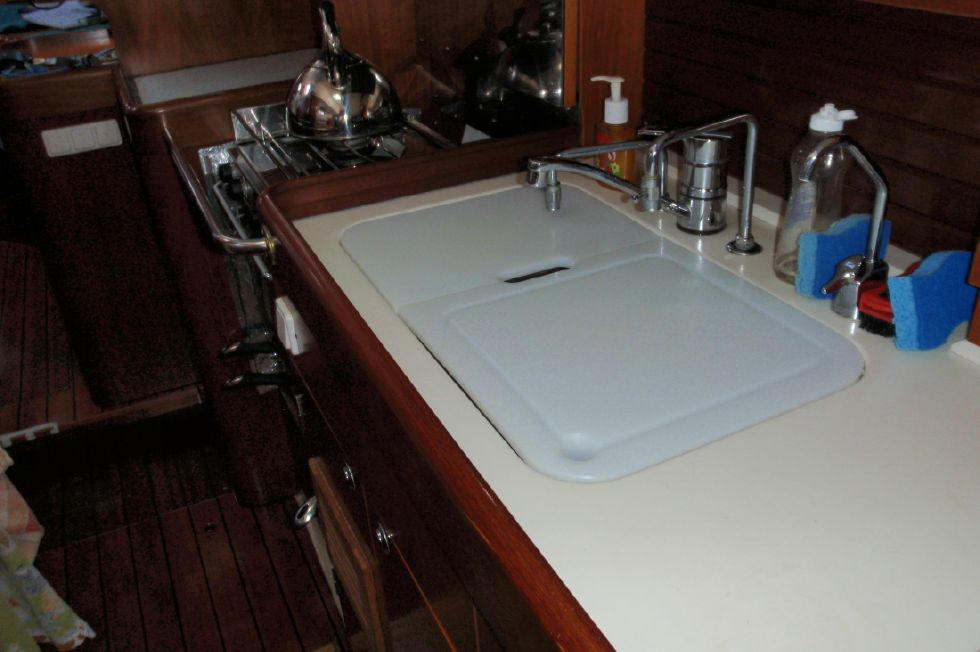 2001 Beneteau Oceanis CC - Beneteau Oceanis 44 CC Double stainless sink with covers on