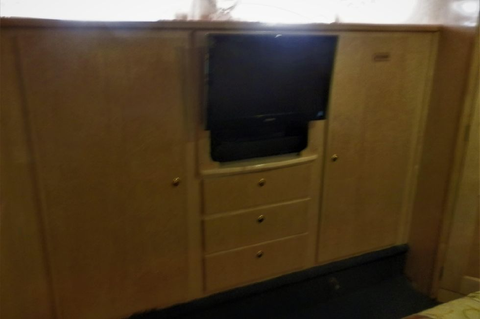 "HANGING LOCKERS W/DRAWERS & 21"" FLAT SCREEN TV"