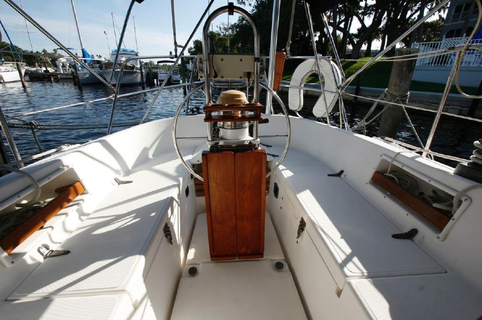 1991 Pacific Seacraft Crealock 34 - Helm Station