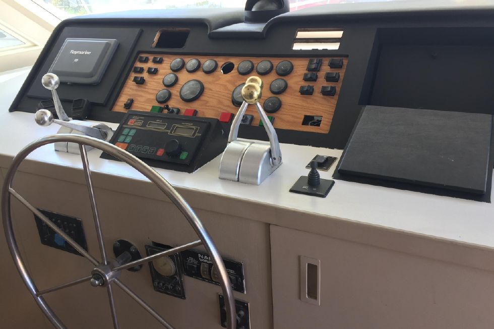 1991 Hatteras Cockpit Motor Yacht - Helm Controls