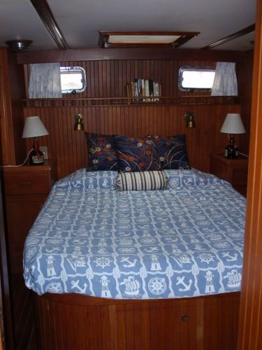 Owner's walkaround berth