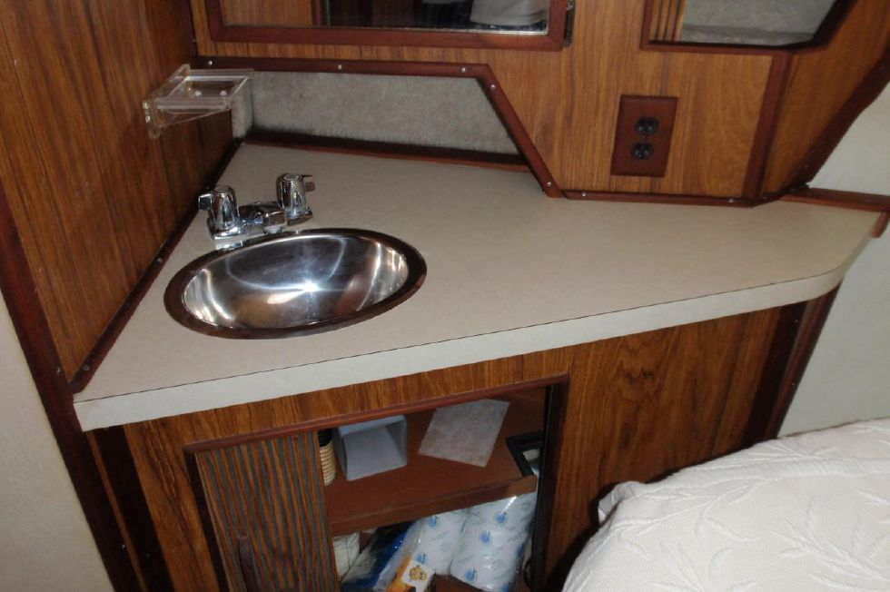 1985 Sea Ray 390 - 1985 Sea Ray 390 Express Cruiser Master Stateroom Sink