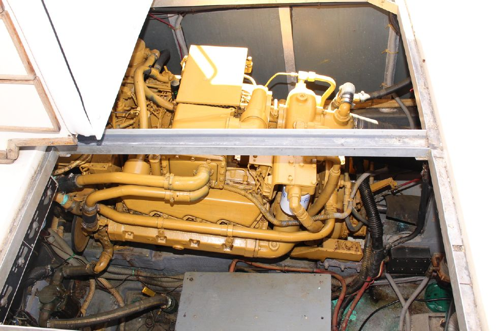 1985 Sea Ray 390 - 1985 Sea Ray 390 Express Cruiser Starboard Engine