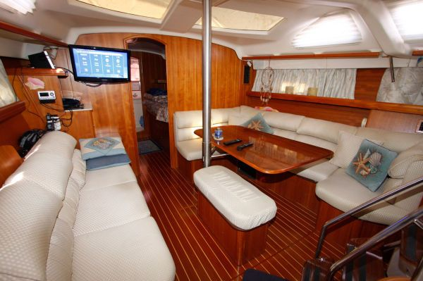 2002 Hunter 456 - Salon and Settee 1