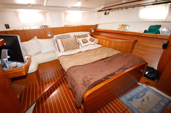 2002 Hunter 456 - Large Master Berth to Aft