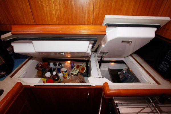 2002 Hunter 456 - Deep Fridge and Freezer