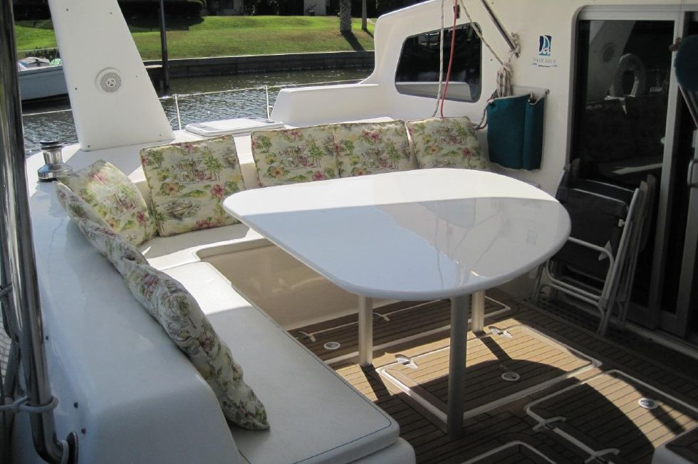 2005 Voyage Yachts 500 Owner's Version - cockpit table seating for 10