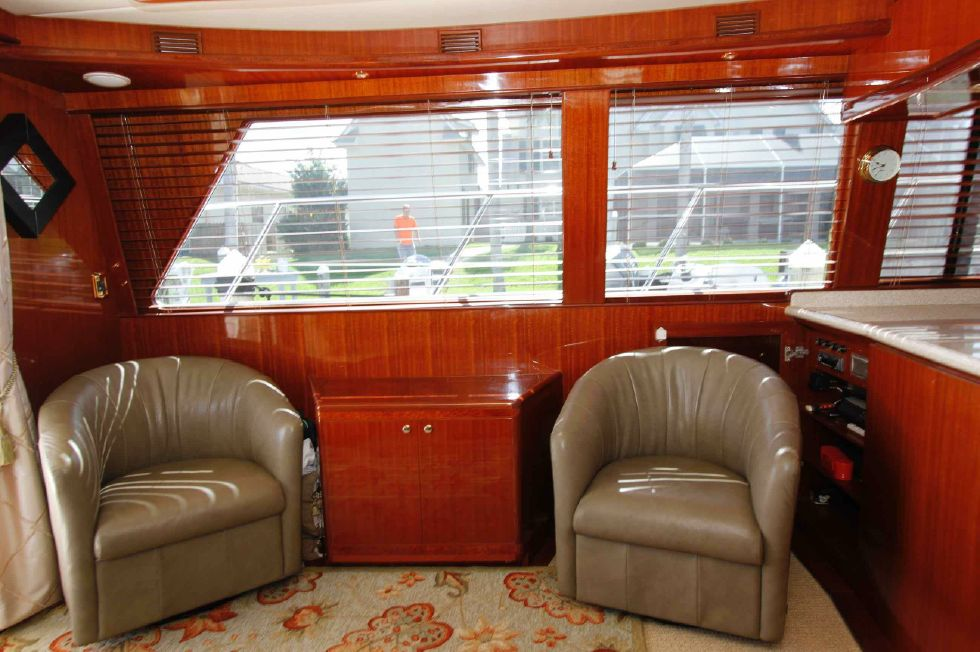 Hampton 558 Pilothouse Portside Seating