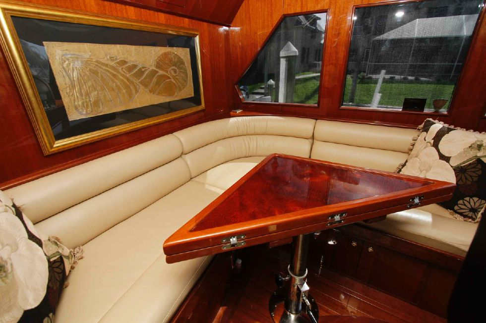 Hampton 558 Pilothouse Guest Seating