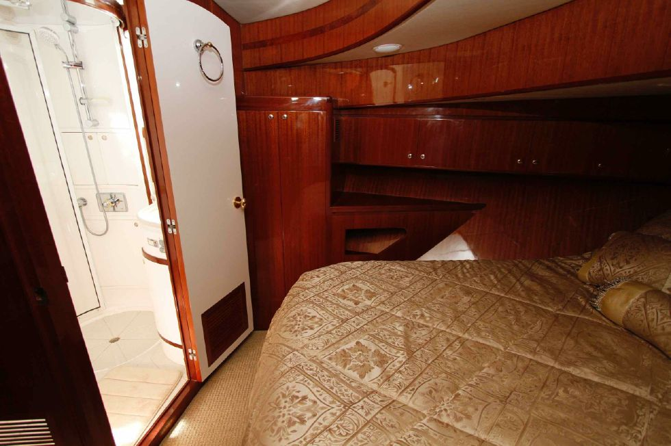 Hampton 558 Pilothouse VIP Guest Berth