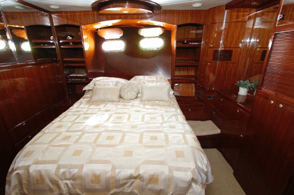 Hampton 558 Pilothouse Master Stateroom
