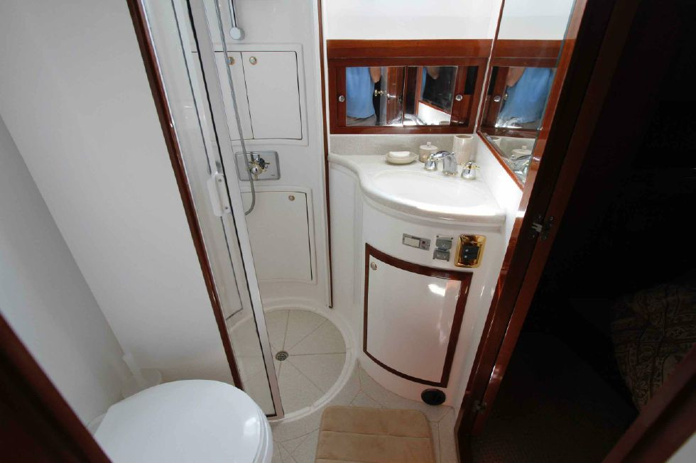 Hampton 558 Pilothouse VIP Guest Head