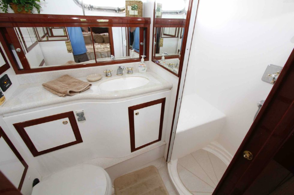 Hampton 558 Pilothouse Master Ensuite Head