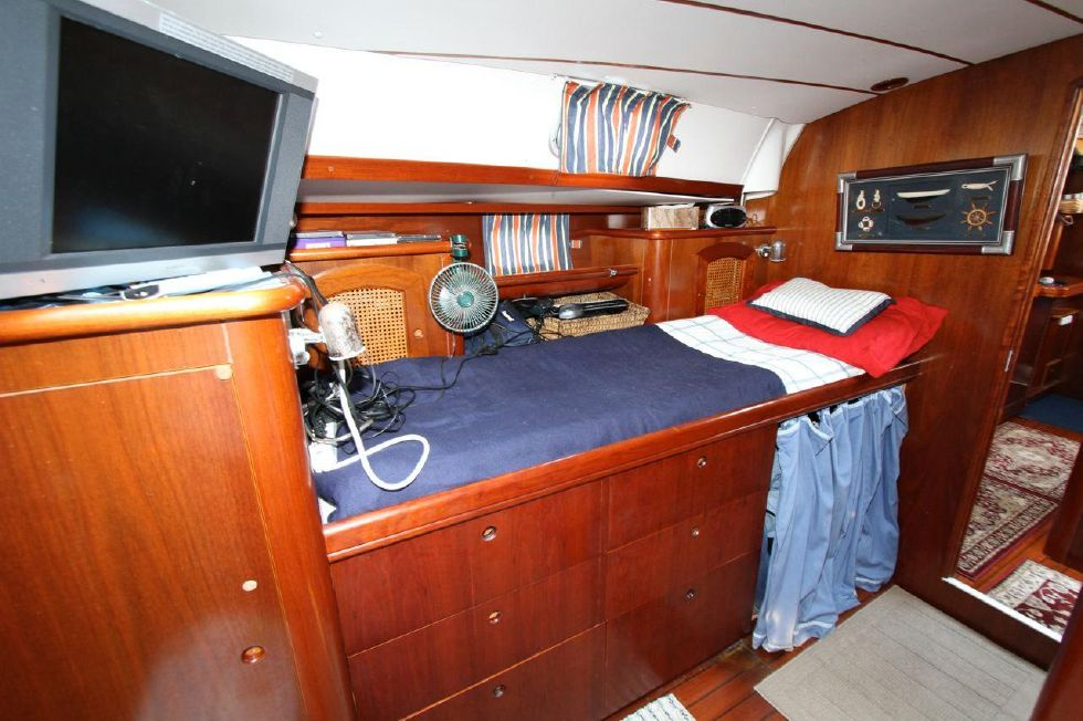 Small berth Starboard in Master Stateroom