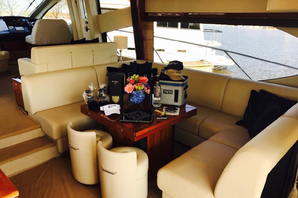 2011 Sunseeker Manhattan 60 - Salon Seating Area