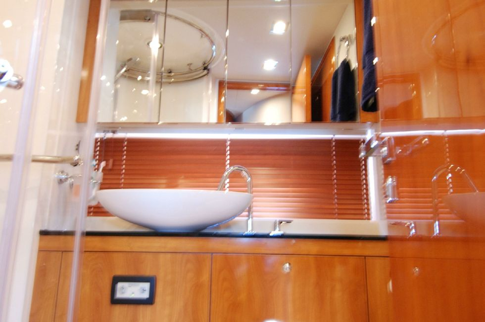 2011 Sunseeker Manhattan 60 - Guest / Day Head
