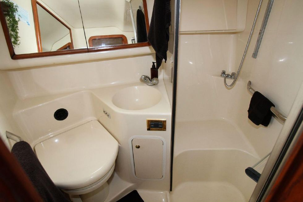 40 Sea Ray Sedan Bridge Guest Head w/shower