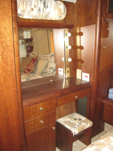 1994 Silverton 41 Motor Yacht - Aft stateroom dressing table