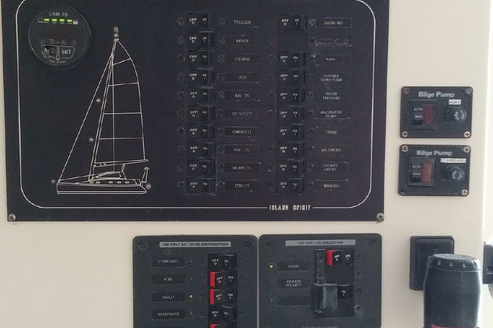 1999 Island Spirit 37 Catamaran - Nav station instruments