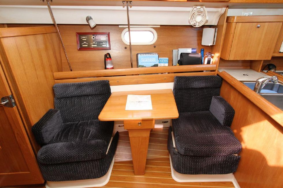 2005 Catalina 350 - 35 Catalina 350 Table in Middle Folds Down