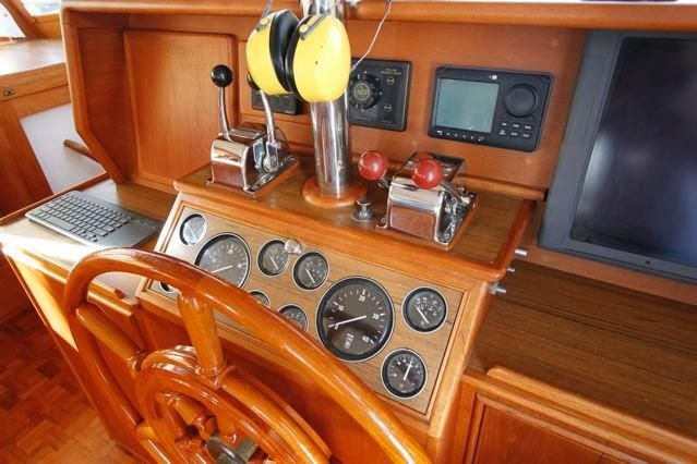 1988 Grand Banks 49 Classic - Grand Banks 49 Lower Helm