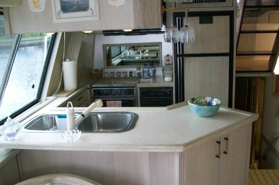 1995 Bayliner 4788 GREAT SHAPE - Spotless Galley