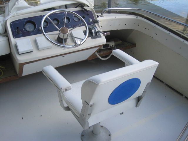 1982 Mainship 34 MK I - Flybridge helm