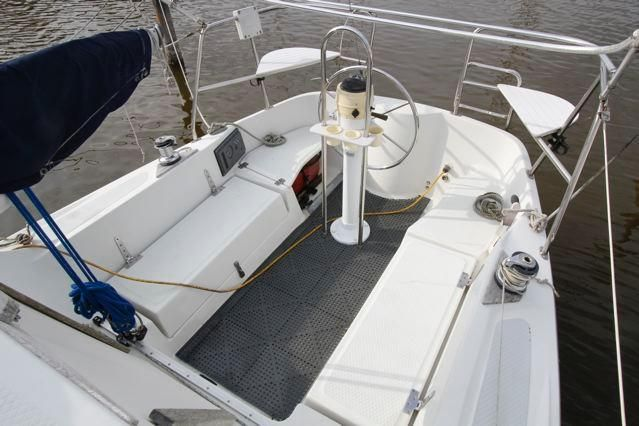 Seaward 25 Cockpit w/helm