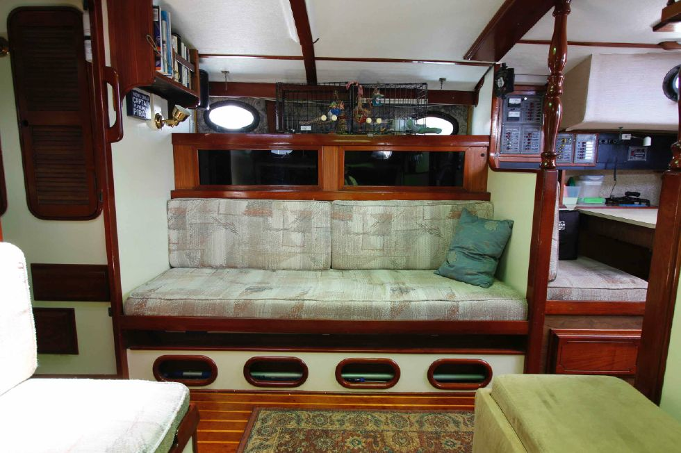 1980 CSY 37B - CSY 37B Starboard Settee