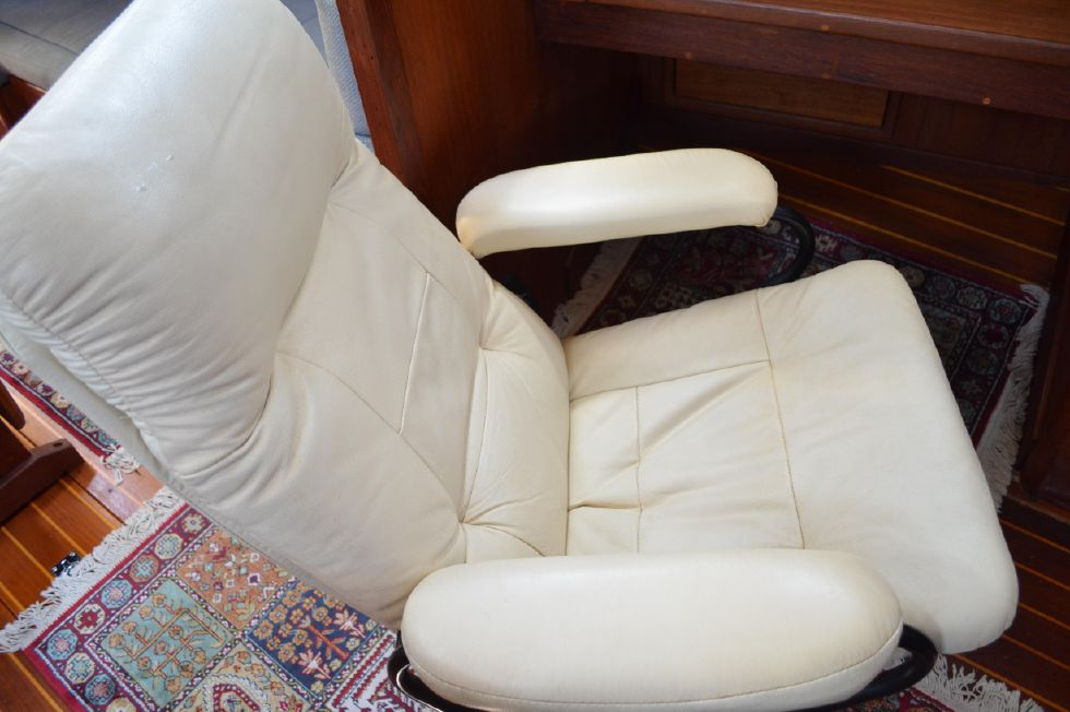 Tartan 4100 Leather Recliner at Nav Station