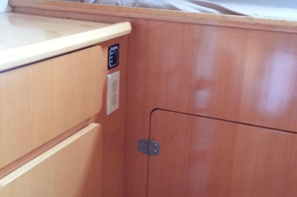 1996 Privilege 37 Owners Version - Privilege 37 stbd guest cabin2
