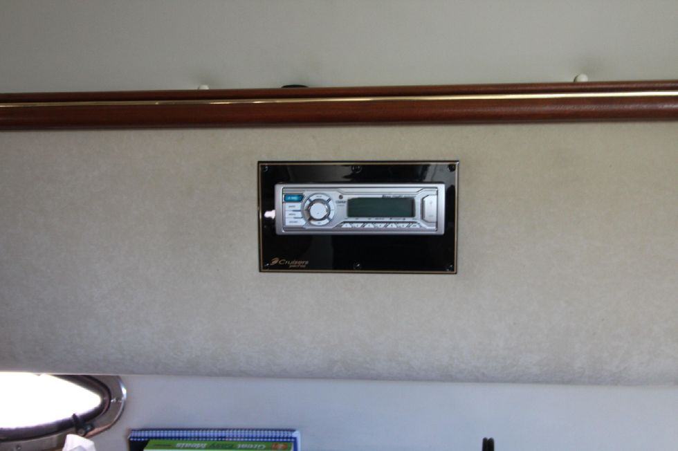 2000 Cruisers Yachts 3375 Express - New Stereo