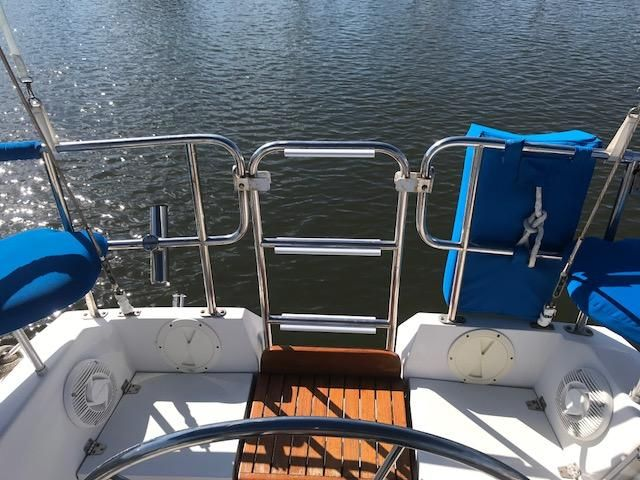 1993 Catalina 34 - Catalina 34 Pivoting Ladder