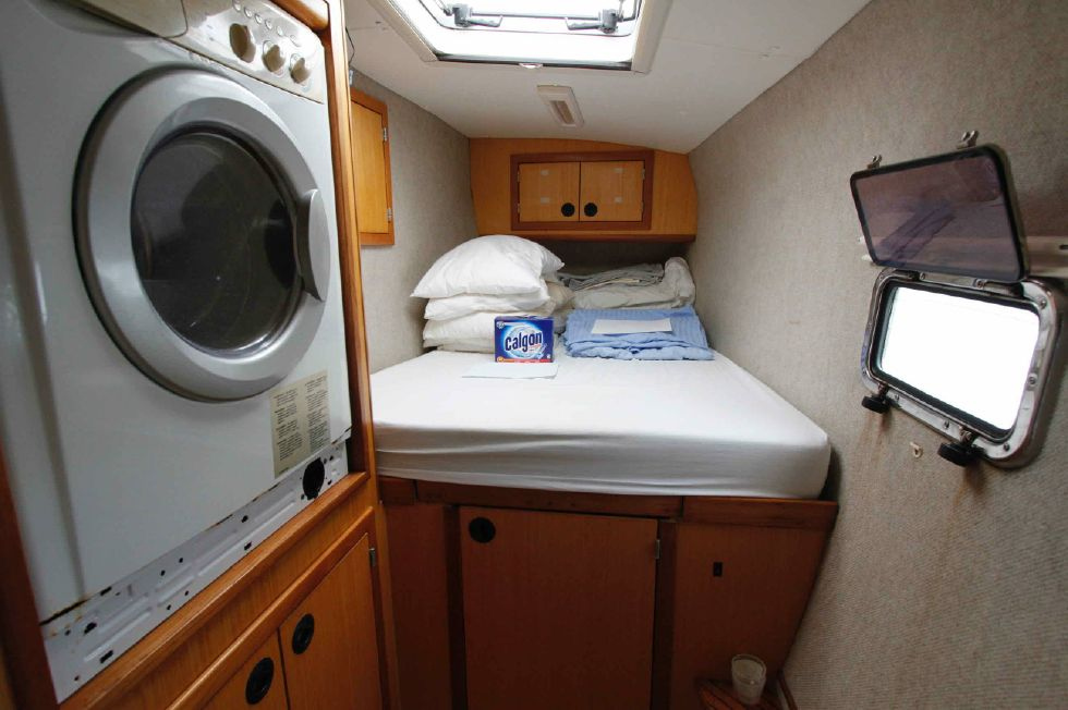 Manta 42 Mark IV Forward Portside Berth w/Washer 'n Dryer