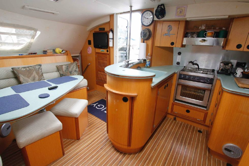 Manta 42 Mark IV Galley 'n Salon