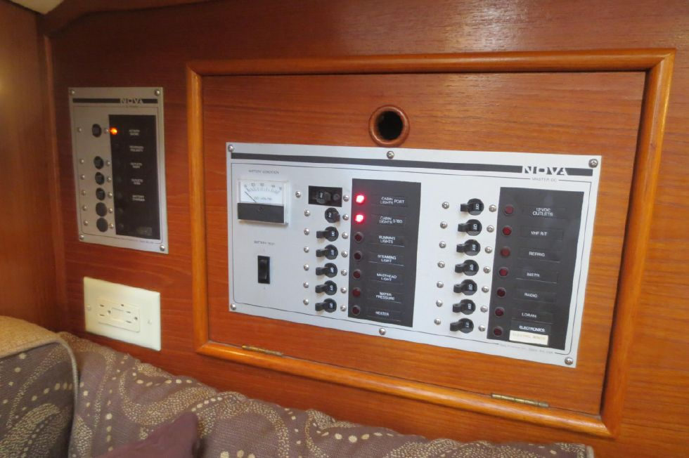 1989 Hinterhoeller Nonsuch 30 Ultra - AC/DC Panels