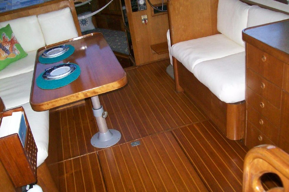 1995 Sabreline Fast Trawler - Beautiful Teak and Holly Sole
