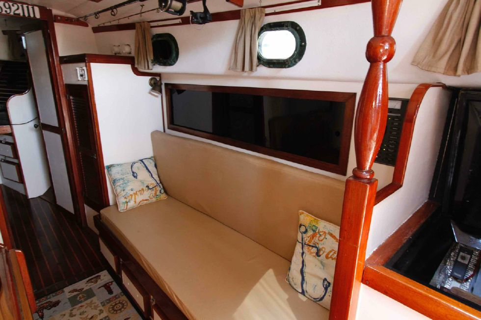 1977 CSY 44 Center Cockpit Walkover - CSY 44 Starboard Settee