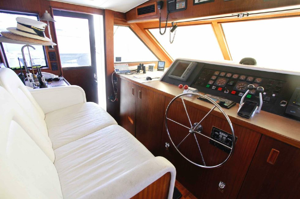 Hatteras 74 CPMY Lower Helm