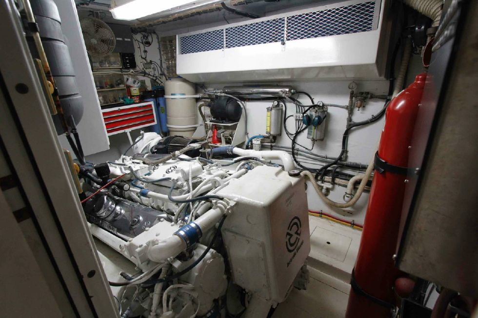 Hatteras 74 CPMY Engine Room
