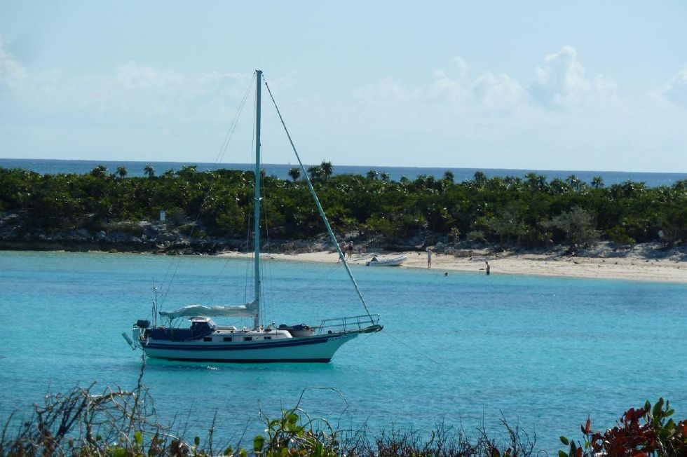 1987 Bayfield 32C - Bayfield 32 Cutter in the Bahamas
