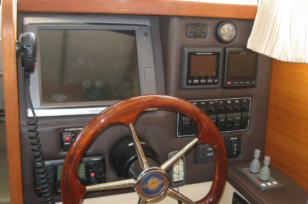 2015 Ranger Tugs R-27 - Great helm station with full instrumentation