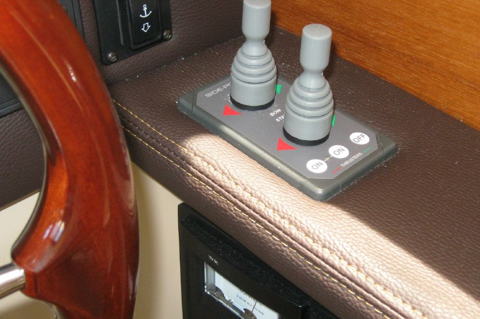2015 Ranger Tugs R-27 - Bow and stern thruster controls