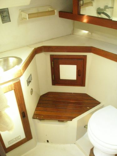 1987 CATALINA YACHTS 34 Sloop Wing Keel Tall Rig (1998 Yanmar) - Head Compartment