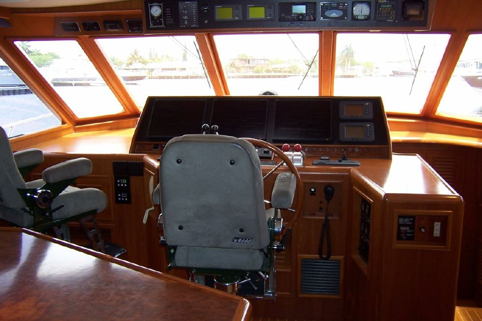 62 Offshore PH Pilothouse Helm 2