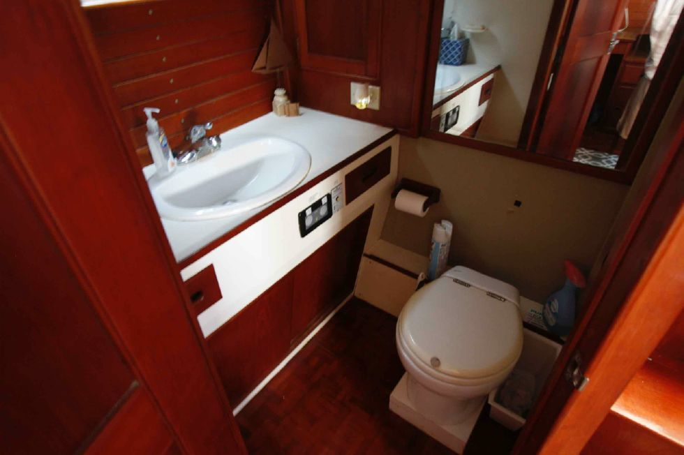 Grand Banks 42 Motoryacht Aft Master Stateroom Head