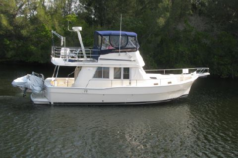 2004 Mainship Trawler 390 in Excellent Condition - starboardside view