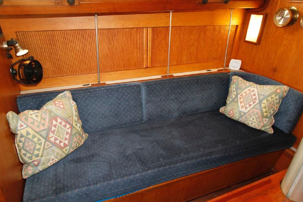 1982 Southern Cross 35 Cutter - Settee